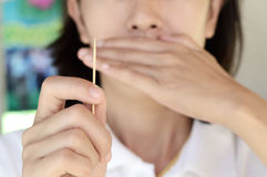 Cure-dents en bois d'utilisation de femme Photo stock