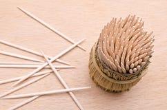 Cure-dents en bois de ci-dessus sur un cutboard Image stock