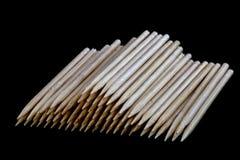 Cure-dents en bois sur un fond noir Image libre de droits