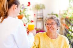 Cure domiciliari anziane Immagini Stock