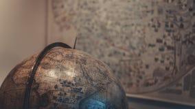 Cure o mundo; Modelo do globo fotos de stock