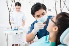 Cure odontoiatriche professionali Fotografia Stock