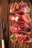 Cured肉, jamon,橄榄,香肠, salam开胃小菜盛肉盘  免版税库存图片