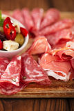 Cured肉, jamon,橄榄,香肠, salam开胃小菜盛肉盘  库存图片