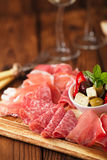 Cured肉, jamon,橄榄,香肠, salam开胃小菜盛肉盘  免版税库存照片