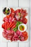 Cured肉, jamon,香肠,在whi的salame开胃小菜盛肉盘  库存照片