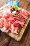 Cured肉jamon橄榄香肠蒜味咸腊肠开胃小菜盛肉盘  免版税库存照片
