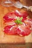 Cured肉jamon,特写镜头开胃小菜盛肉盘  免版税库存图片