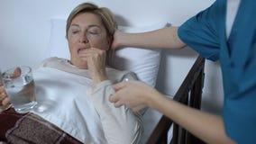 Curi dare i vecchi medicinali e tubo di livello pazienti femminili, ricovero ospedaliero archivi video