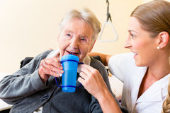 Uomo anziano nei sorrisi della sedia a rotelle immagine for Vecchio in sedia a rotelle