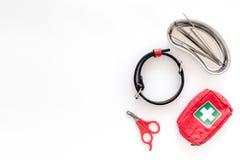 Curi gli strumenti per il gatto ed il cane dell'animale domestico con le pinzette per il trattamento nell'insieme governare sul m Fotografia Stock Libera da Diritti