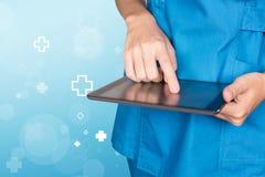 Curi la mano femminile di medico facendo uso della compressa con l'icona blu ab dell'ospedale Immagini Stock Libere da Diritti