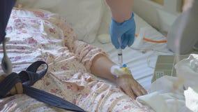 Curi mettere un gocciolamento nel primo piano di menzogne dei pazienti del catetere vaccino dell'iniezione stock footage