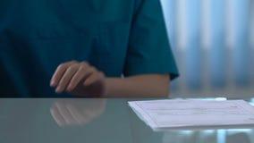 Curi segreto dare i soldi a medico, la corruzione nella medicina, riciclaggio di denaro stock footage