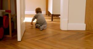 Curios dziecko w bodysuit czołganiu od pokoju zbiory wideo