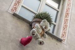 Curiosamente decorações da janela em Acqui Terme imagens de stock royalty free