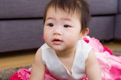 Curiosidad de la sensación del bebé Imagen de archivo libre de regalías