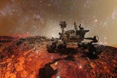 Curiosidad Marte Rover que explora la superficie del planeta rojo Elementos de esta imagen equipados por la NASA foto de archivo