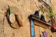 Curiosidades en el acre, Akko, las botas y los zapatos, bolsos, como macetas, diseño exterior y decoración, en Israel imagen de archivo
