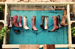 Curiosidades en el acre, Akko, las botas y los zapatos, bolsos, como macetas, diseño exterior y decoración, en Israel fotografía de archivo libre de regalías