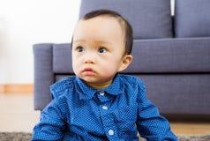 Curiosità asiatica di tatto del neonato fotografia stock