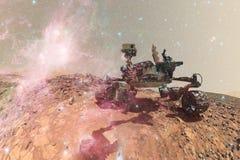 Curiosità Marte Rover che esplora la superficie del pianeta rosso fotografia stock libera da diritti
