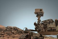 Curiosité Mars Rover explorant la surface de la planète rouge photo stock