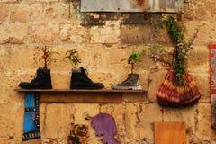 Curiosités dans l'acre, l'Akko, les bottes et des chaussures, sacs à main, comme pots de fleur, conception extérieure et décorati images libres de droits
