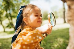 Free Curious Kid With Magnifying Glass Exploring The Nature Outdoor. Adorable Little Explorer Girl Playing In Forest With Magnifying Royalty Free Stock Photography - 164549367