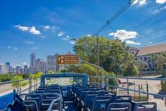 CURITIBA, БРАЗИЛИЯ - 12-ОЕ МАЯ 2016: столб знака расположенный сбоку улицы показывая directios к центру города Стоковое Фото
