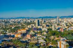 CURITIBA, BRASIL - 12 DE MAIO DE 2016: a ideia agradável da skyline da cidade, curitiba é a oitava cidade a mais populoso em Bras Imagens de Stock