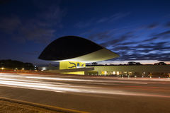 Curitiba Brasilien - Juli, 2017: Oscar Niemeyer Museum eller MÅNDAG, i Curitiba, Parana stat, Brasilien Arkivfoton