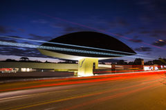 Curitiba Brasilien - Juli, 2017: Oscar Niemeyer Museum eller MÅNDAG, i Curitiba, Parana stat, Brasilien Royaltyfri Bild