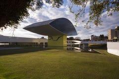 Curitiba Brasilien - Juli, 2017: Oscar Niemeyer Museum eller MÅNDAG, i Curitiba, Parana stat, Brasilien Royaltyfria Bilder