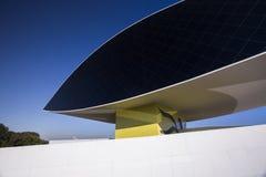 Curitiba Brasilien - Juli, 2017: Oscar Niemeyer Museum eller MÅNDAG, i Curitiba, Parana stat, Brasilien Arkivfoto