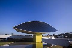 Curitiba Brasilien - Juli, 2017: Oscar Niemeyer Museum eller MÅNDAG, i Curitiba, Parana stat, Brasilien Royaltyfri Fotografi
