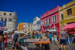 CURITIBA, BRASILIEN - 12. MAI 2016: Leute gehendes arround und das Besuchen einiges steht am Marktplatz, nettes colorfull Lizenzfreie Stockfotos