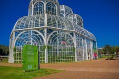 CURITIBA, BRASILIEN - 12. MAI 2016: nette Seitenansicht der metallischen Struktur des Gewächshauses im botanischen graden Stockfoto