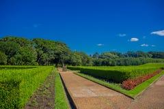 CURITIBA BRASILIEN - MAJ 12, 2016: den trevliga sikten från den franska stilen arbeta i trädgården med geometriska former Arkivbild