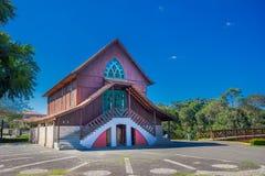 CURITIBA BRASILIEN - MAJ 12, 2016: det trevliga lilla kapellet som lokaliserades i den tyska skogen, builded i heder till tysken Royaltyfri Bild