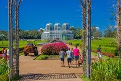 CURITIBA BRASILIEN - MAJ 12, 2016: ingång till botaniska trädgården av curitibaen och den glass slotten som bakgrund Royaltyfri Bild