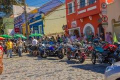 CURITIBA BRASILIEN - MAJ 12, 2016: oidentifierat folk lokking till några motorcyklar parkerat i den gatan nästan Royaltyfria Foton