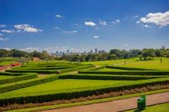 CURITIBA BRASILIEN - MAJ 12, 2016: trevliga geometriska former i trädgården av det botaniskt parkerar med horisonten av Arkivbilder