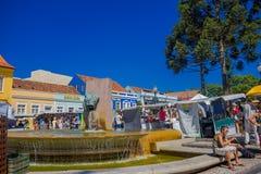 CURITIVA BRASILIEN - MAJ 12, 2016: trevlig springbrunn som lokaliseras i mitt av marknadsstället, folk som går till och med Arkivbilder