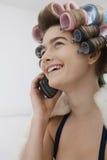 In Curlers Talking modelo no telefone celular imagem de stock