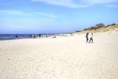 curonian spotta Segla utmed kusten av det baltiska havet Royaltyfri Bild