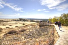 Curonianspit, Duinefa Toeristen op het observatiedek Stock Foto's