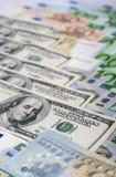 世界货币概念:欧洲人和美国坚硬Curr的特写镜头 免版税库存图片