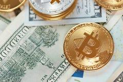 currencies Ciérrese encima de Bitcoin con efectivo real foto de archivo libre de regalías