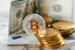 currencies Ciérrese encima de Bitcoin con efectivo real imagen de archivo libre de regalías